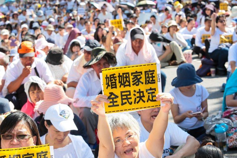20161117-反對同志婚姻團體17日集結於立院濟南路外抗議,並高舉「婚姻家庭,全民決定」等的標語。(顏麟宇攝)