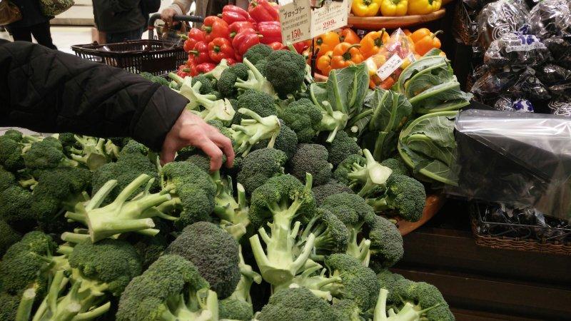 福島核災後,日本食品輸台引發爭議,東京當地超市販售來自核災區5縣的蔬菜產品,依然受到歡迎。超市、買菜、媽媽。(溫芳瑜攝)