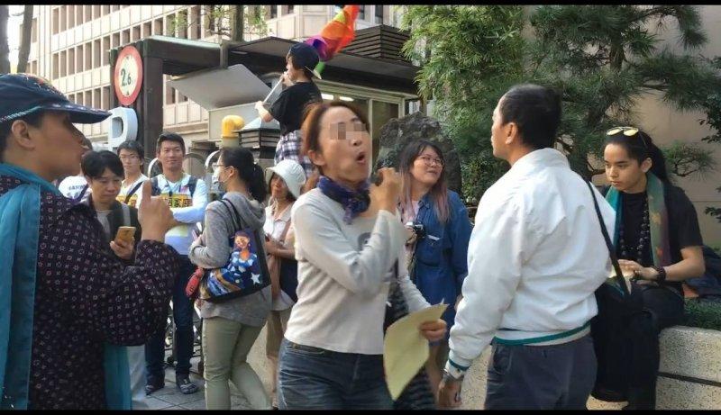 一名反同女子17日在立法院前做出羞辱同志的動作(慈護山雲門宗俱舍寺臉書)