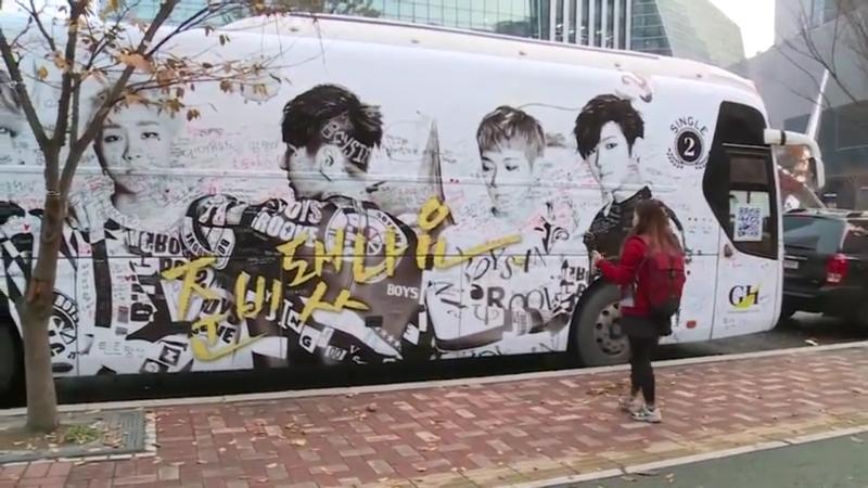 首爾上岩洞中心隨處可見韓國明星照片。(圖/run@seoul@youtube)