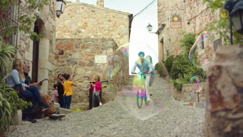 李敏鎬、全智賢在古樸歐洲街道拍攝。(圖/SBSNOW@youtube)
