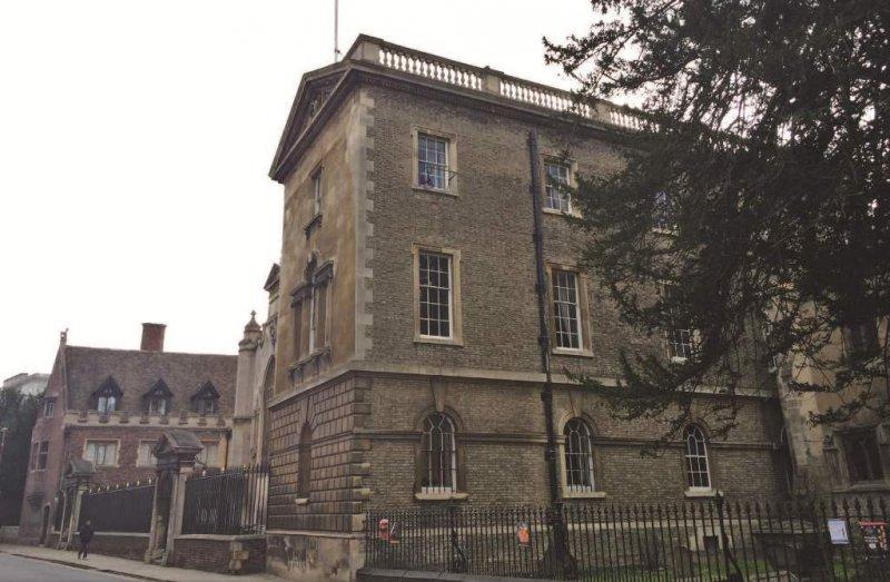 葛雷(Thomas Gray)所爬出的那扇窗位置醒目,就在彼德學院側邊外牆最上方第一間房外(圖中左上角的窗戶),大詩人不願對人提起的糗事恐怕很難隱藏在歷史中。(照片提供/桑傑)