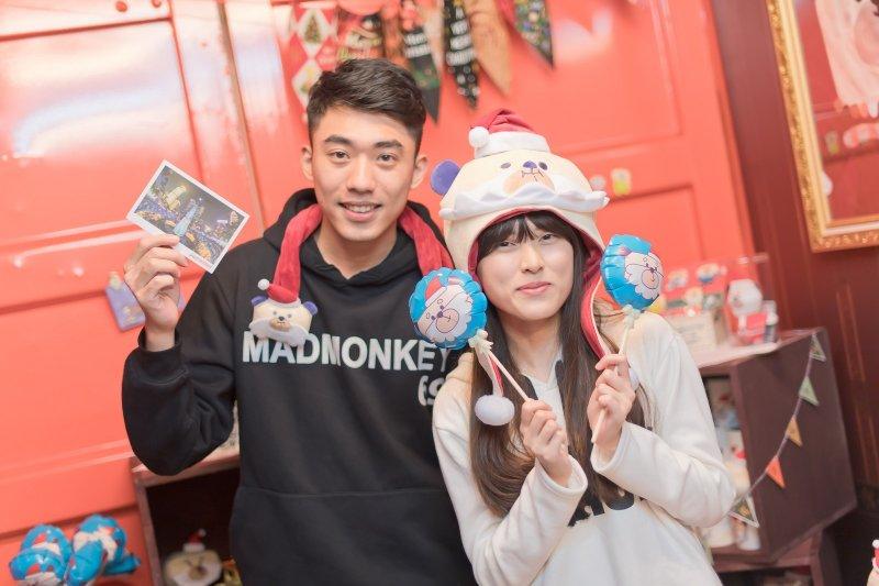 為迎接寒冷的耶誕假期,「桑塔熊」也化作手抱枕和超可愛造型帽。(圖/新北市政府觀光旅遊局提供)