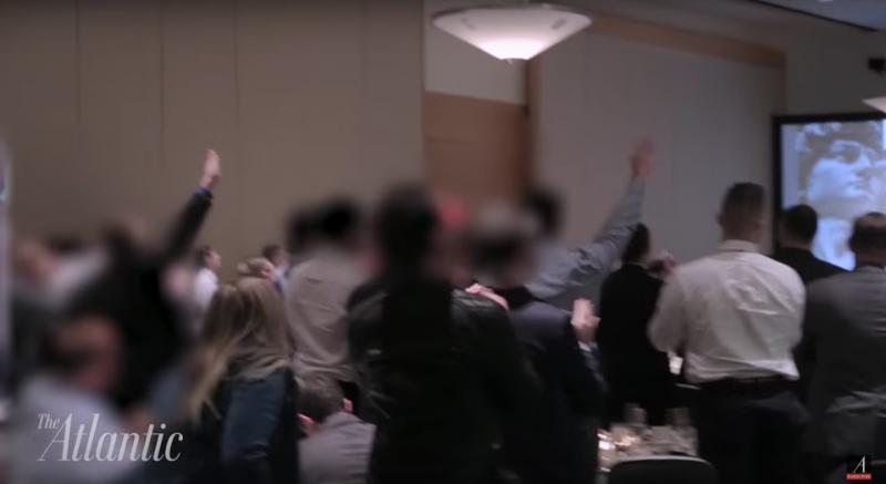 「國家政策協會」主席史賓塞以德國納粹黨的口號高喊「川普萬歲」,與會者高舉右臂比出「納粹禮」。(截圖自Youtube)