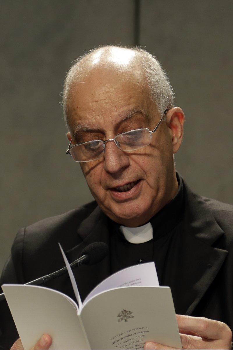 費斯凱拉大主教宣讀宗座詔書,准予所有神父永久擁有寬恕墮胎罪過的權力(美聯社)