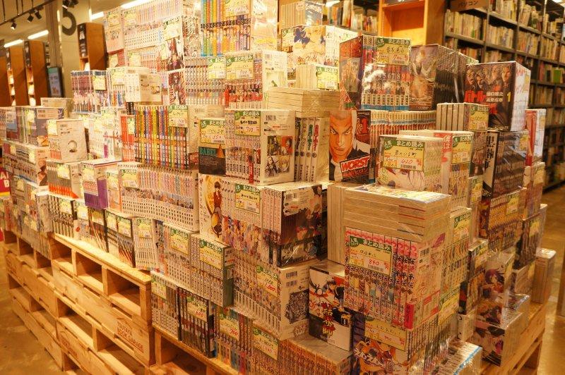 一整櫃的中古連載漫畫,一整套500日圓起跳。(圖/MATCHA提供)