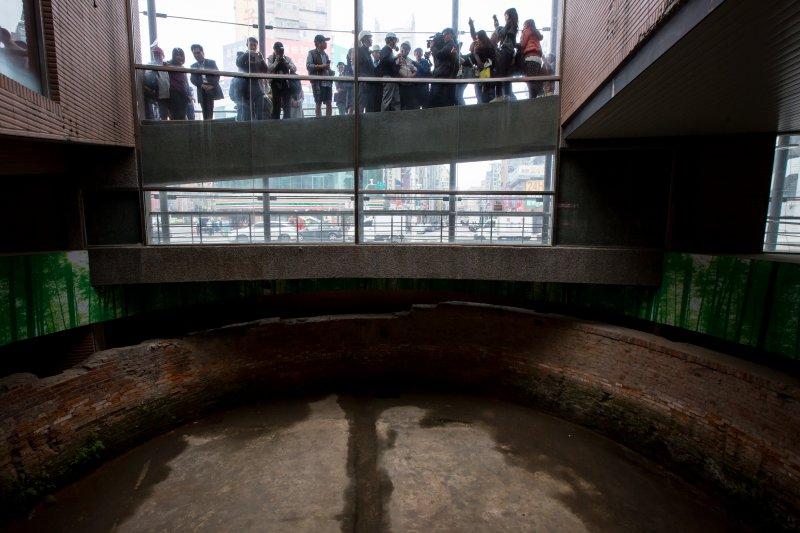 20161124-台北建成圓環24日即將進行拆除工程,台北市副市長林欽榮來做最後巡禮,並表式建築物內的大稻埕圓環防空蓄水池將會完整保留。(顏麟宇攝)