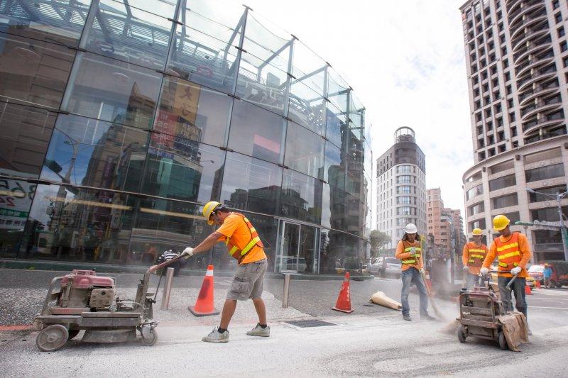 20161124-台北建成圓環24日即將進行拆除工程,正式走入歷史,施工單位正在刨除原有的斑馬線。(顏麟宇攝)