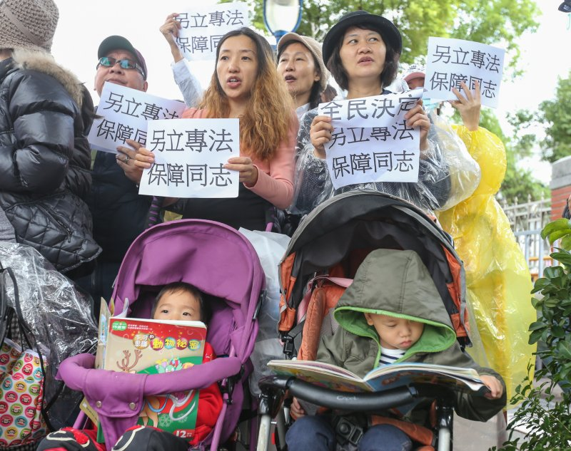 2016-11-24-立法院婚姻平權公聽會第一場-反同媽媽護兒聯盟-場外抗議-陳明仁攝