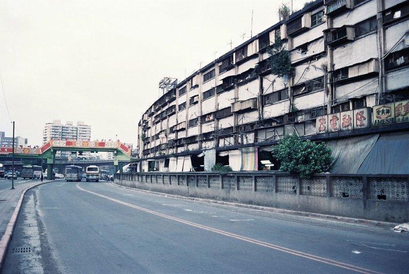 中華商場的第一棟(忠)與第二棟(孝)前半是以圓弧形延展。(圖/前衛出版提供)