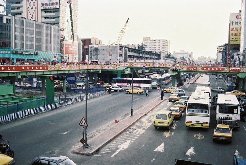 鐵路地下化後,原本鐵道改為公車專用道。(圖/前衛出版提供)