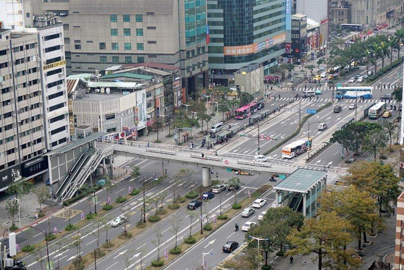 中華商場拆除後已成寬廣的中華路樣貌。(圖/前衛出版提供)