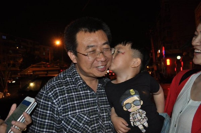 2016年6月的北京街頭,王全璋律師的兒子給江天勇的一吻。(高曉攝/取自江天勇推特)