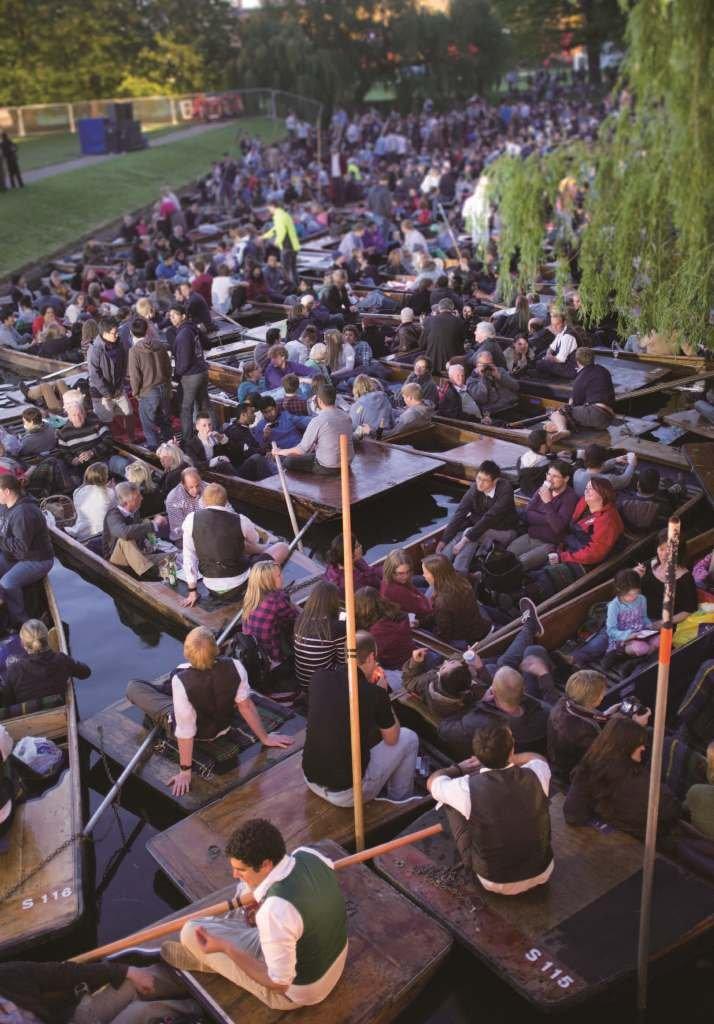 學院內的五月舞會笙歌至天明,學院外的康河上更擠滿看煙火的船隻,天明後大家多半按傳統,一起乘著康河水,滑向格蘭雀斯特的果園茶屋享用早茶。(照片提供/Jim Tang)