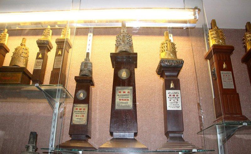 台北電台的演藝廳外,擺放很多金鐘獎的獎座,上面還寫著民防電台呢。(圖/前衛出版提供)
