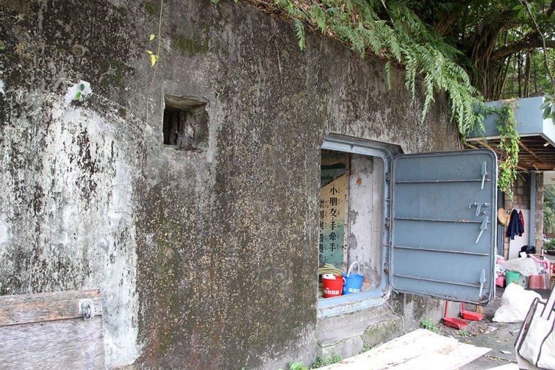 位於圓山的民防坑道有著許多的鐵門出入口。(圖/前衛出版提供)