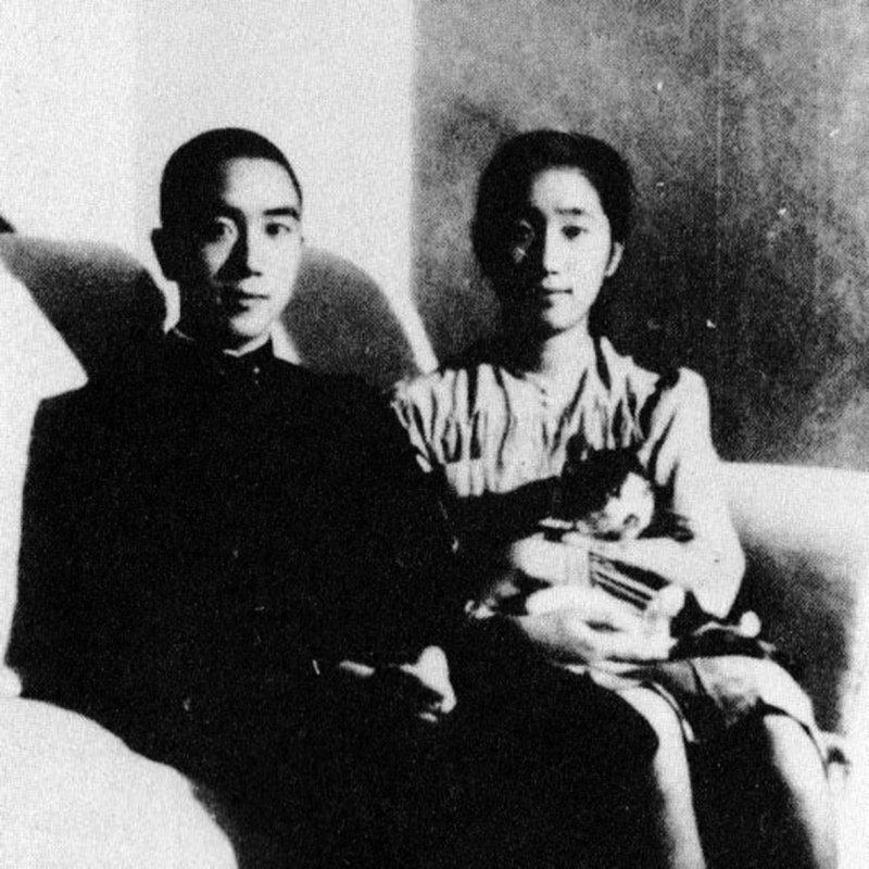 三島由紀夫與妹妹美津子,攝於1944年(維基百科.公有領域)