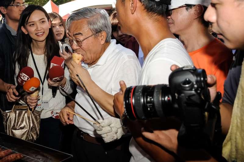 20161126-台塑集團第34屆運動大會,王文淵參觀園遊會攤販並品嚐冰淇淋。(甘岱民)