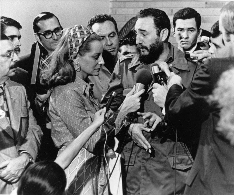 1975年5月,菲德爾・卡斯楚(右二)接受美國國家廣播公司(NBC)記者芭芭拉.華特斯(前排左二)訪問(AP)