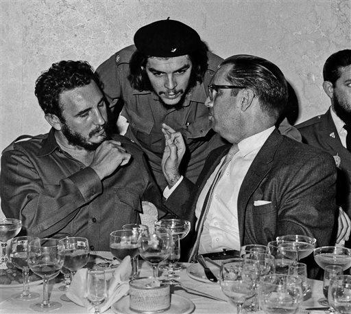 1960年,菲德爾・卡斯楚(左)與古巴革命領袖切格拉瓦(中)(AP)
