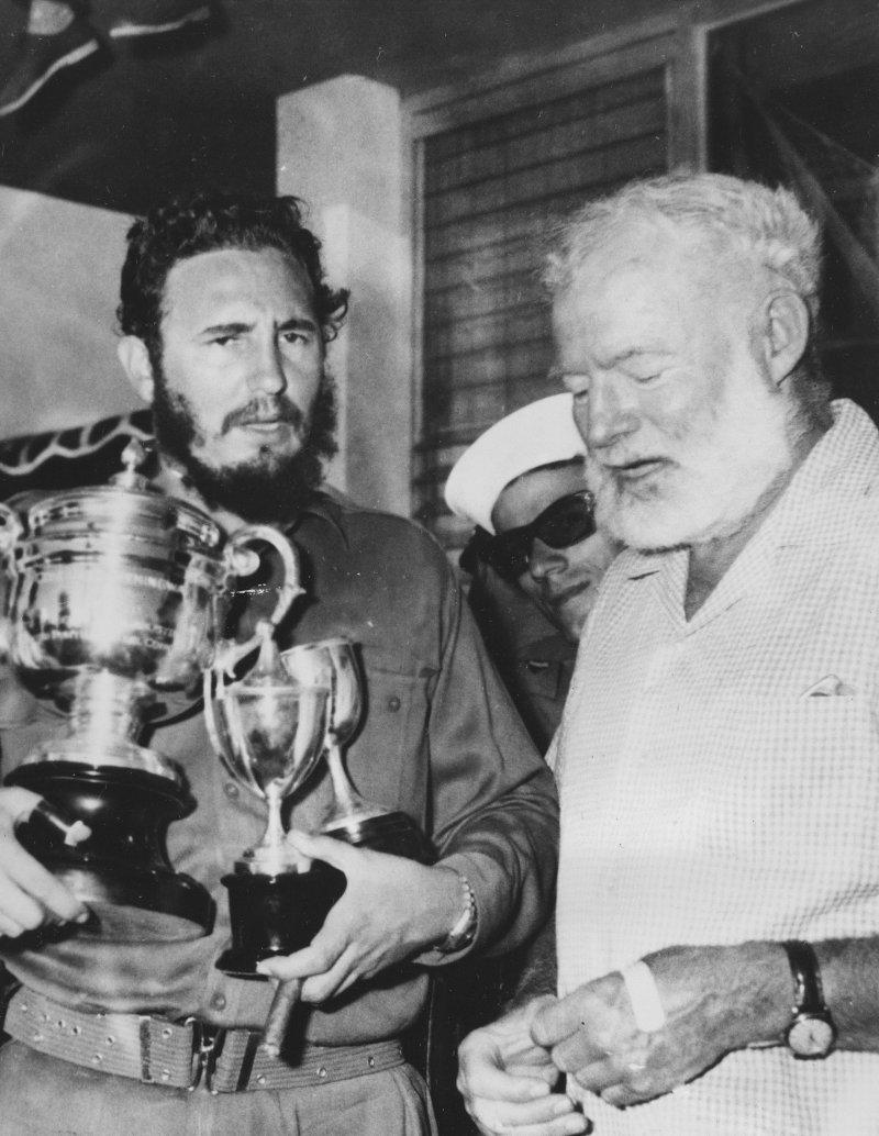 1960年5月,菲德爾・卡斯楚(左)贏得「海明威釣魚大賽」的個人項目冠軍,並舉著獎盃與美國作家海明威(Ernest Hemingway)合影(AP)