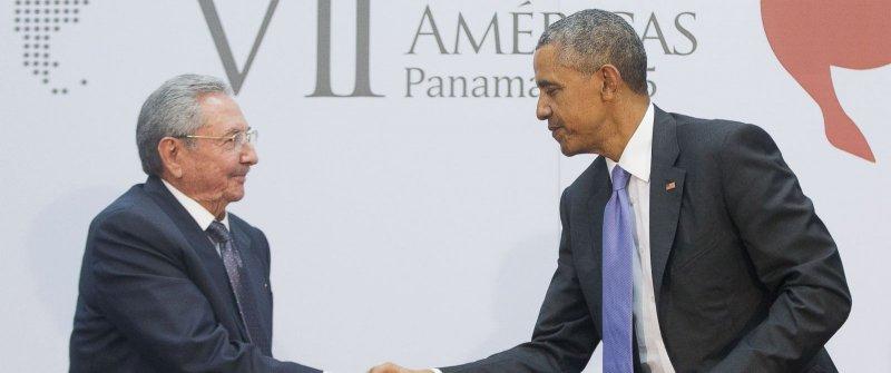 2015年4月,美國總統歐巴馬與古巴領導人勞爾.卡斯楚在巴拿馬舉行的美洲高峰會握手,象徵雙方破冰的開始(AP)