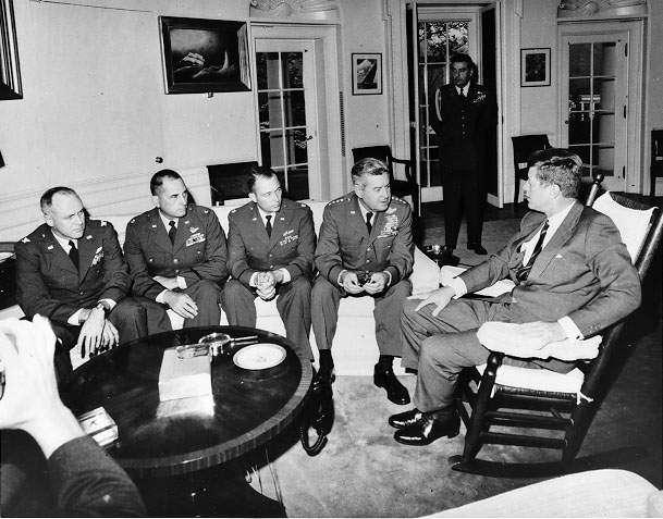 1962年古巴飛彈危機,甘迺迪總統(右)與軍方高層會商(維基百科.公有領域)