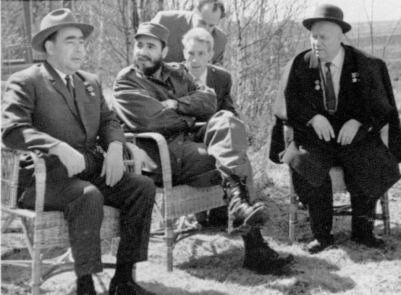 1963年,古巴強人菲德爾・卡斯楚(左二)、蘇聯領導人布里茲涅夫(Leonid Brezhnev,左)、蘇聯領導人赫魯雪夫(Nikita Khrushchev)(AP)