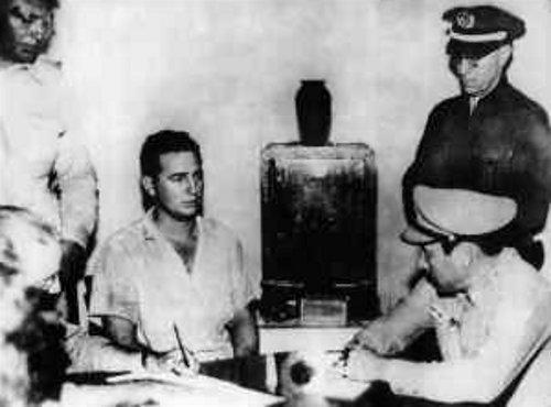 菲德爾·卡斯楚在1953年7月26日攻打古巴蒙卡達兵營行動失敗被捕,後在受審時發表《歷史將宣判我無罪》演說。(wikipedia/public domain)