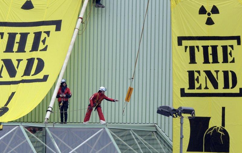 綠色和平組織的抗議者在瑞士的格斯根核電廠外懸掛標語。(美聯社資料照)
