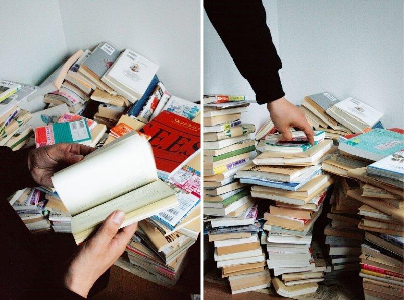 自小喜歡閱讀的仲保昭廣房內有堆積如山的書。(圖/時報出版提供)