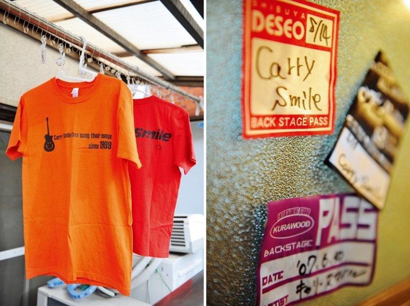 左圖為CarrySmileT恤,粉絲期待的CarrySmile獨創T 恤,好評販售中!(圖/時報出版提供)