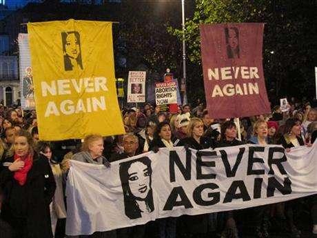 2012年,愛爾蘭的哈拉帕納瓦因被拒絕墮胎而死,2013年許多支持墮胎的人走上街頭抗議。(AP)
