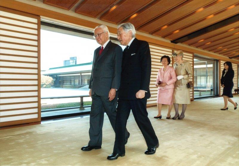 明仁天皇(右)30日與新加坡總統陳慶炎會面。(美聯社)
