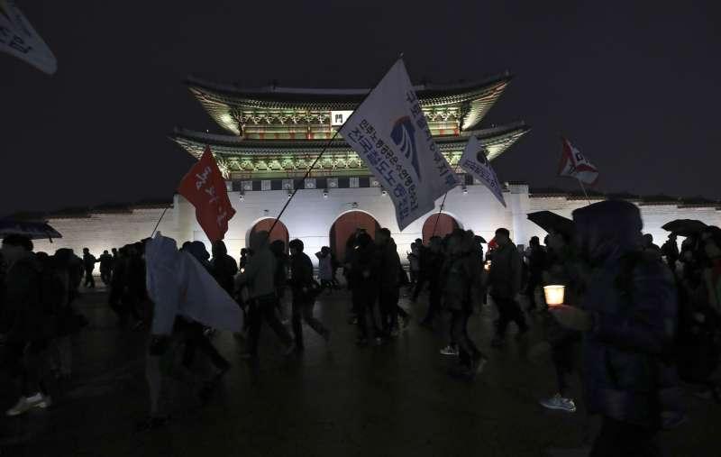 南韓民眾在首爾光化門前抗議,要求總統朴槿惠立刻下台。(美聯社)