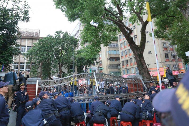 20161202-SMG0045-022-勞團立院外抗議,有勞工在柯建銘鞋子上吐口水,把柯建銘鞋子丟回去。(顏麟宇攝)
