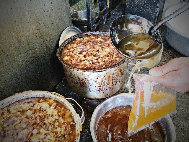 焙肉燥時,將最上層較為油膩的一層浮油手䎕起,即是一般所謂的肉燥豬油了。。(圖/魚夫提供)