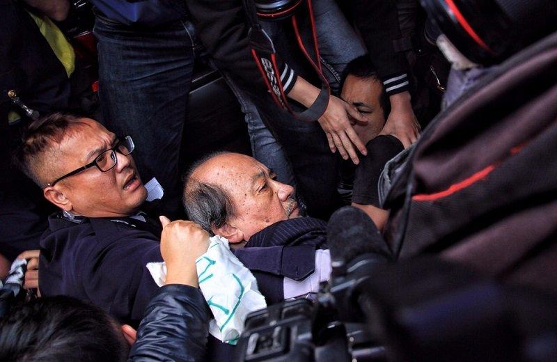 民進黨總召柯建銘,被勞團包圍。(曾原信攝)