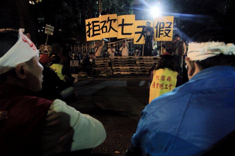 立法院長蘇嘉全宣布散會後,場外工鬥團體宣佈反砍七天假抗爭仍將繼續。(曾原信攝)