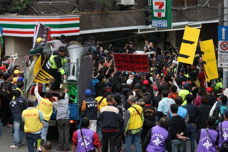 20161202-SMG0045-008-立法院外抗議團體與警爆發衝突。(蘇仲泓攝)