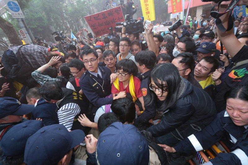 20161202-SMG0045-009-立法院外抗議勞團與警爆發衝突。(顏麟宇攝)