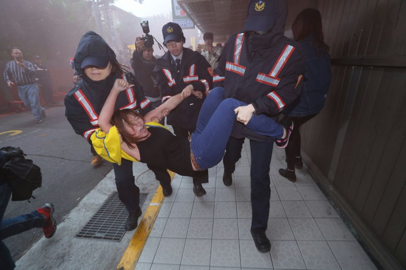 20161202-SMG0045-010-立法院外抗議勞團與警爆發衝突。(顏麟宇攝)