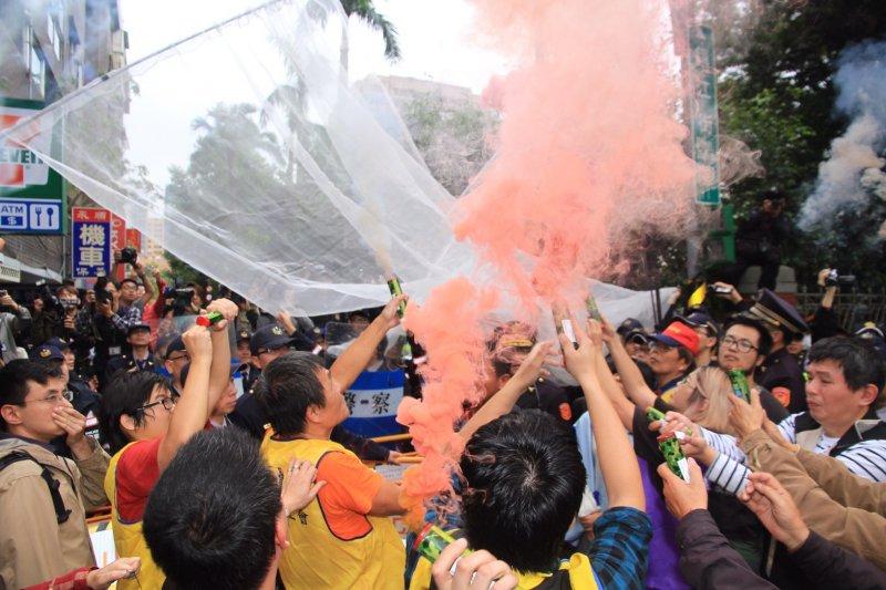 20161202-SMG0045-017-立法院外勞團抗議砍休假、勞基法修法,並丟擲煙霧彈。(曾原信攝)