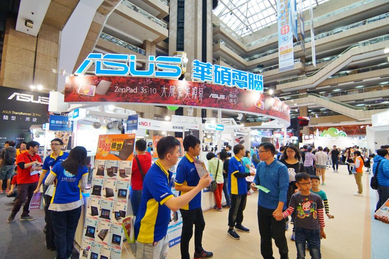 2016台北資訊月,華碩電腦攤位盛況。(盧逸峰攝)