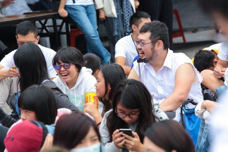20161203-下一代幸福聯盟3日發起反同大遊行,挺同網路紅人四叉貓劉宇也現身隊伍之中。(顏麟宇攝)