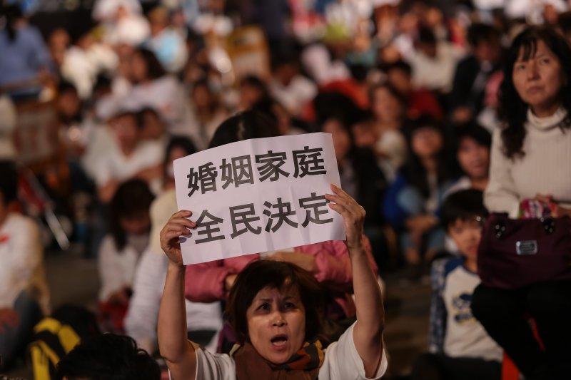 20161203-下一代幸福聯盟3日發起反同大遊行,並高舉「婚姻家庭,全民決定」標語。(顏麟宇攝)