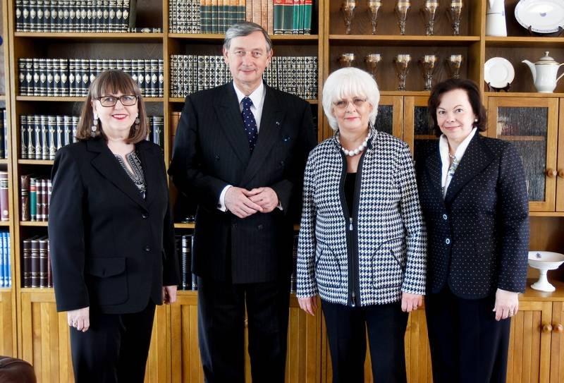 冰島前總理西古達朵提(右二)與伴侶(左一)和斯洛維尼亞元首夫婦合影。(圖/維基百科公有領域)
