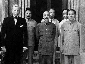 國共代表蔣中正(中)與毛澤東(右)舉行重慶會談(翻攝維基百科)
