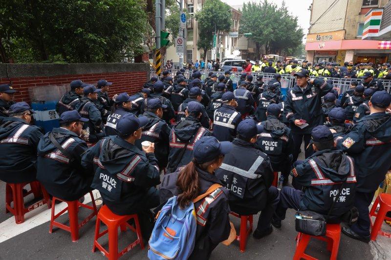 20161206-立法院6日週遭警力倍增。(顏麟宇攝)