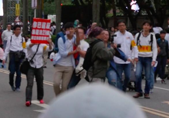 反同人士肘擊楊凱鈞畫面。(同志諮詢熱線提供影片截圖)